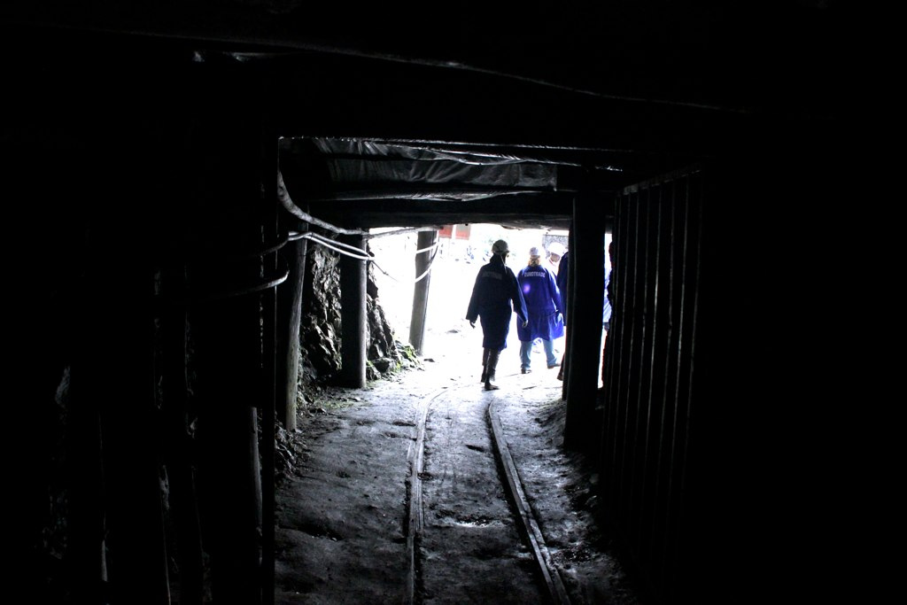 Fairphone in Congo (In a mine)